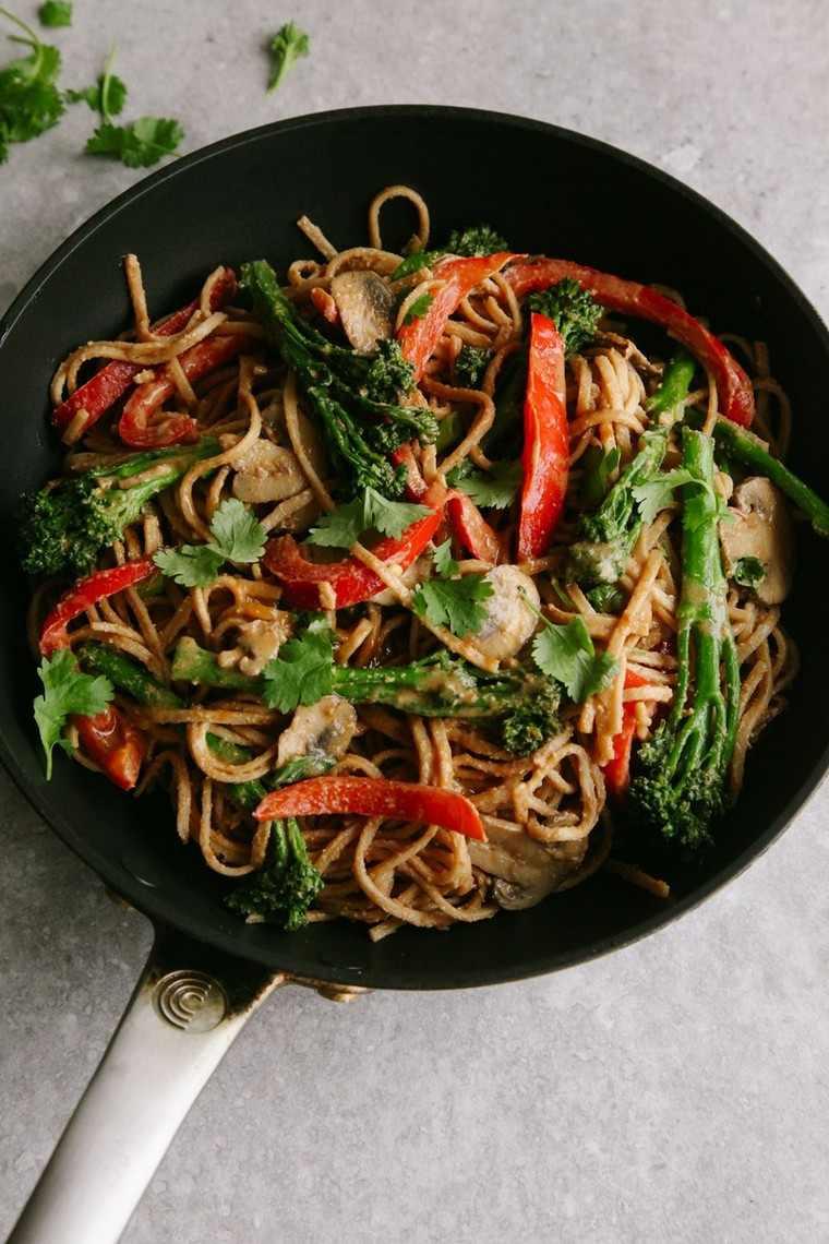 Nouilles avec de la sauce aux légumes Vegan