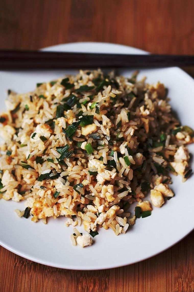 Riz brun au tofu et aux oignons frais