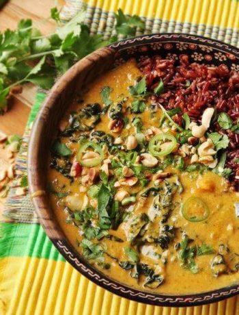 Soupe végétalienne aux patates douces, choux frisé, lait de coco et cacahuètes