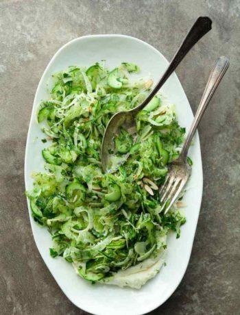 Salade aux concombres et oignons épicée