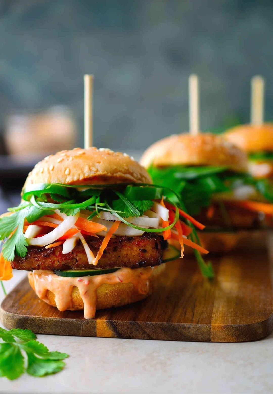 Hamburger végétalien au tofu fumé