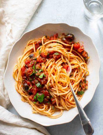 Spaghetti puttanesca avec haricots rouges et épinards