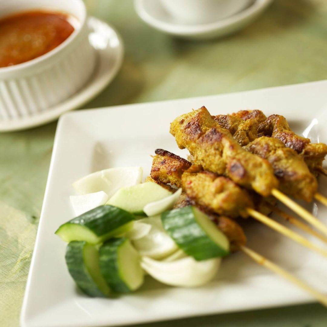 Brochettes de tofu satay à l'ail et au gingembre pak choi