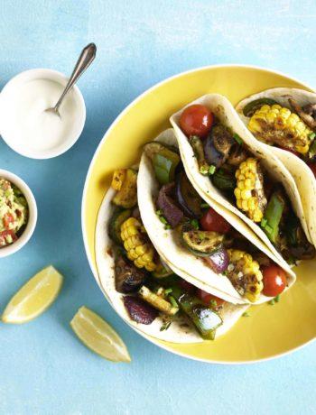 Tacos aux légumes grillés avec sauce fumée