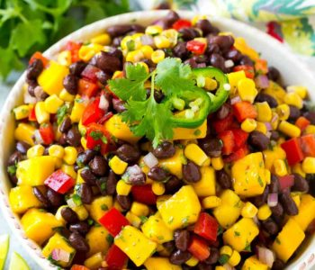 Salade de guacamole et mangue avec haricots noirs