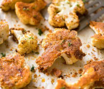 Chou-fleur crémeux cuit au four avec des miettes d'amandes