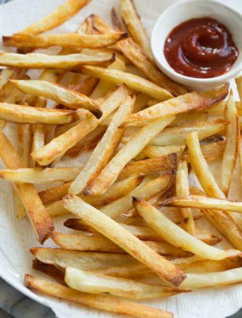 Frites cuites au four et ketchup